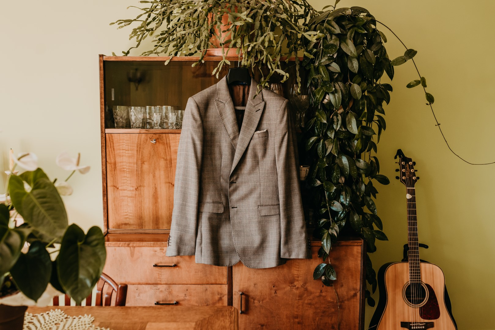 rustykalne wesele, garnitur ślubny, pan młody