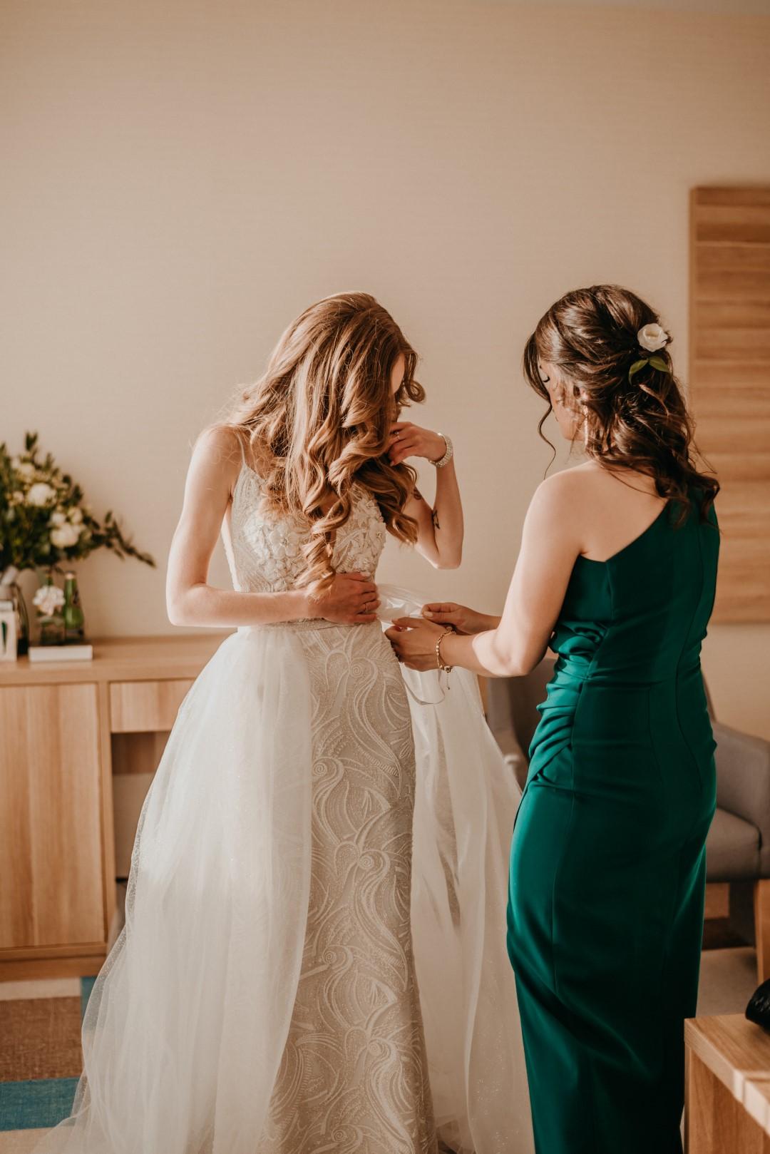 ślub humanistyczny na Mazurach, panna młoda, przygotowania panny młodej, madonna suknie ślubne