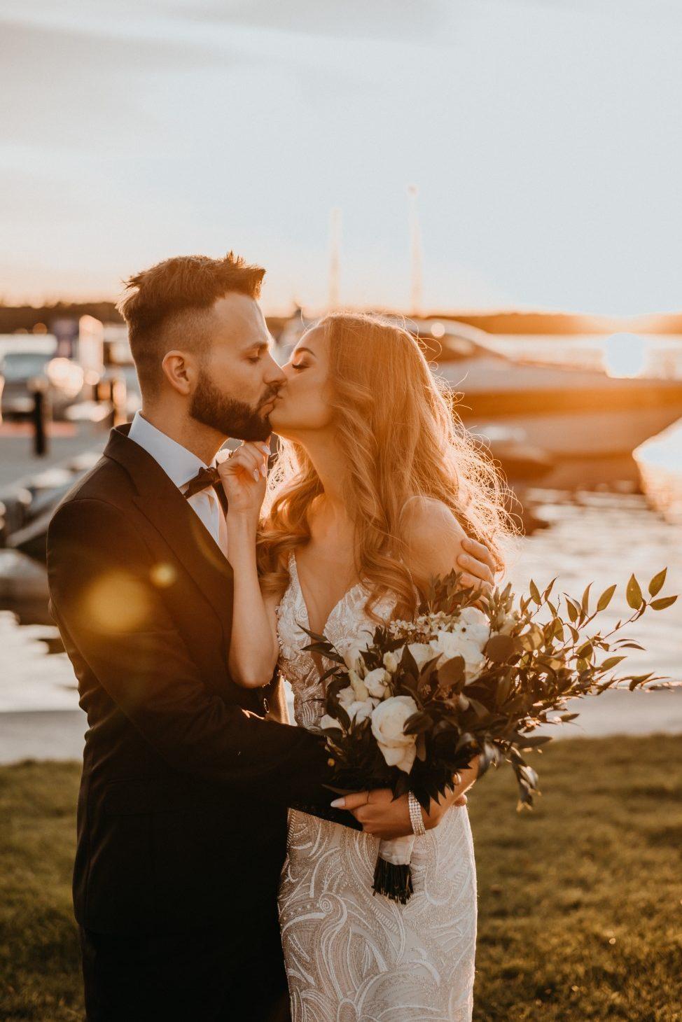 ślub humanistyczny na Mazurach, sesja zdjęciowa, sesje nad ejziorem, zachód słońca, para mloda, Mazury, wesele na Mazurach