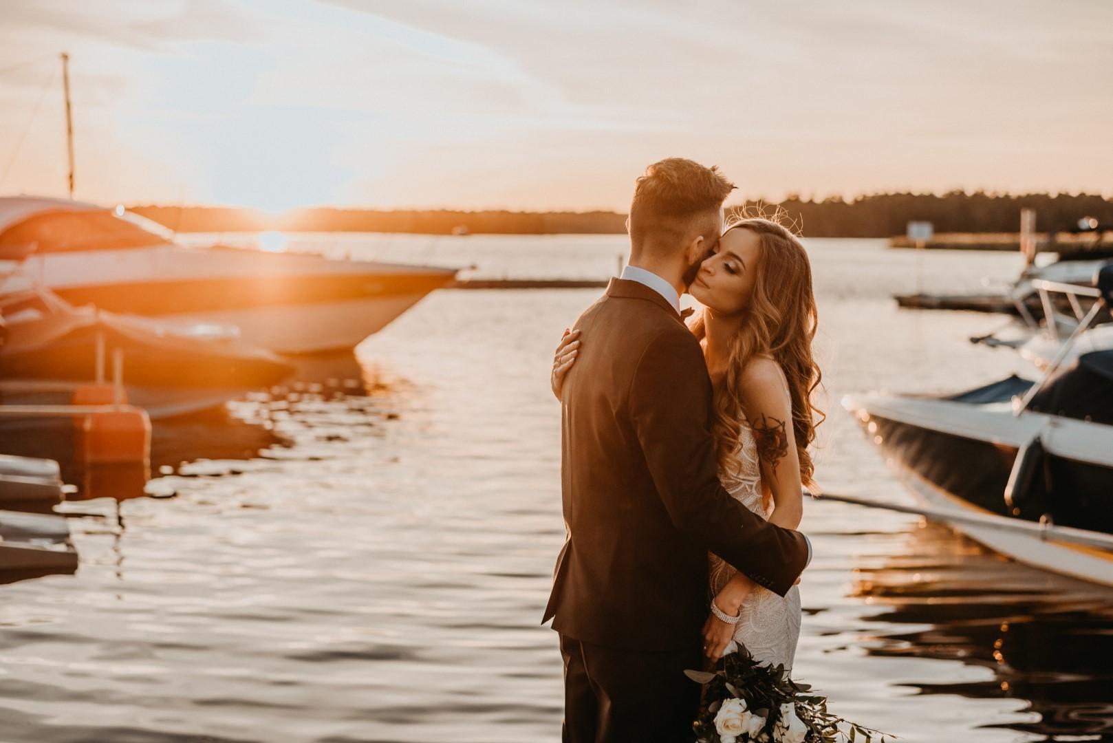 ślub humanistyczny na Mazurach, sesja zdjęciowa, sesje nad ejziorem, zachód słońca, para mloda