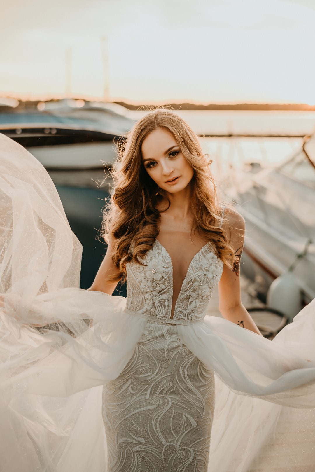ślub humanistyczny na Mazurach, sesja zdjęciowa, sesje nad ejziorem, zachód słońca, panna młoda, mazury, madonna suknie ślubne