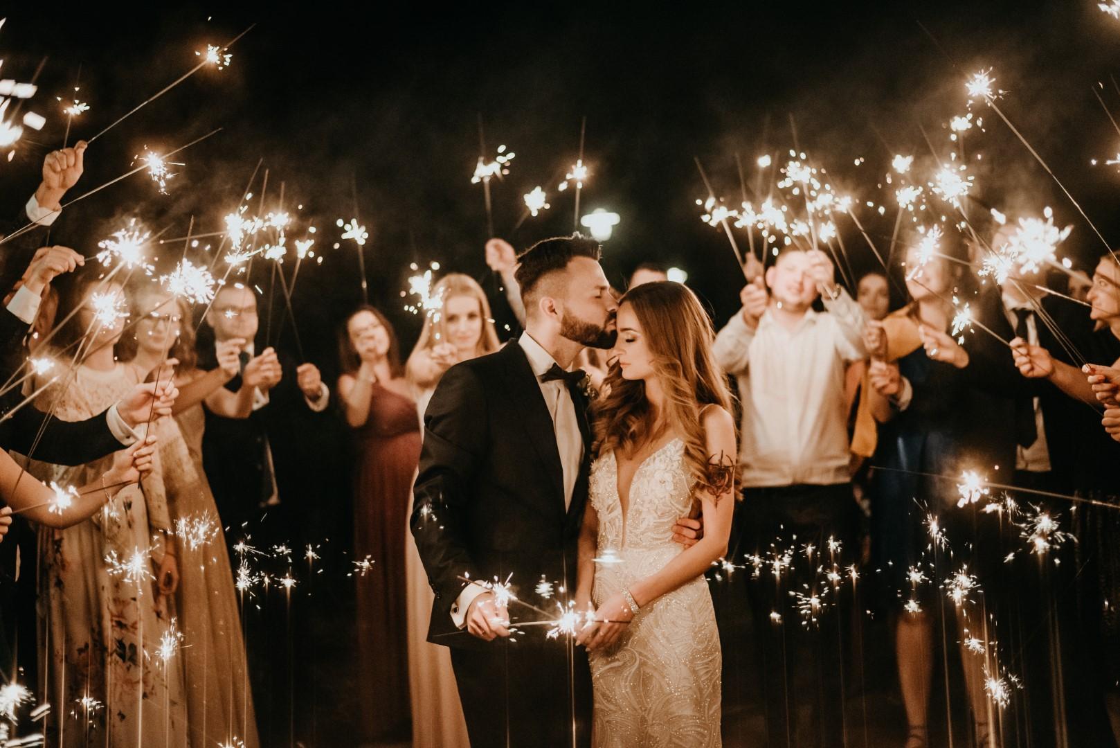 wesele hotel Mazurski Raj, zimne ognie, para młoda, wesele